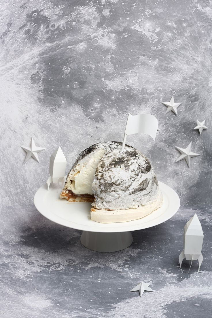eat the moon ♥ vanilla meringue base with chestnut ganache & mascarpone cream topped with black sesame meringue