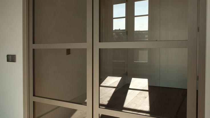 Acht stalen taatsdeuren met vier vlakverdeling in Den Haag | G. de Rooy Stalen binnendeuren