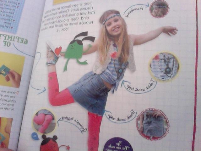 ik heb een foto van het tijdschrift hoe overleef ik glitter & glamour gemaakt. dit tijdschrift geeft je tips over kleren & make-up enz.
