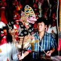 Pak Toho, seorang pengrajin wayang mainan atau wayang kertas yang bertahan dengan ketrampilan yang diwarisinya dari sang kakek seorang  dalang desa di daerah Jabon Banyakan Kediri