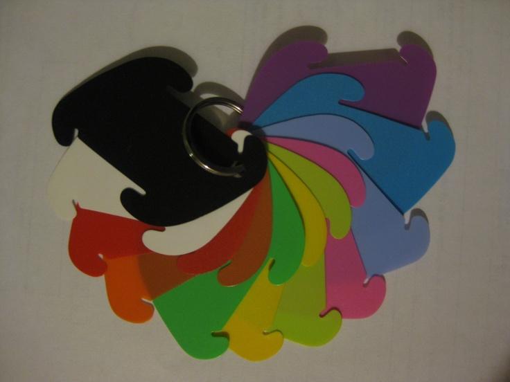 Los colores disponibles son: negro, blanco, rojo, naranjado, verde, amarillo, verde limon, rosado, lila, azul y morado