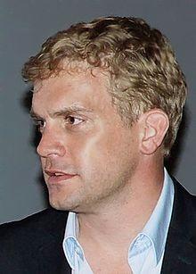 Sebastian Bezzel (* 18. Mai 1971 in Garmisch-Partenkirchen) ist ein deutscher Schauspieler.            Ab 2001 hatte er eine Hauptrolle in der RTL-Krimiserie Abschnitt 40. Seit 2004 verkörpert er den Oberkommissar, später Hauptkommissar Kai Perlmann als Partner von Hauptkommissarin Klara Blum (Eva Mattes) im Tatort aus Konstanz.  In der Serie Der Bulle von Tölz trat er 2005 in der Folge Der Weihnachtsmann ist tot als Bankangestellter auf und 2007 in der Folge Feuer und Flamme als…