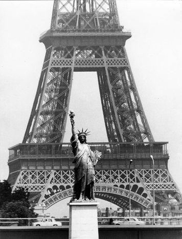 Tour Eiffel et statue de la Liberté, Paris Robert Doisneau