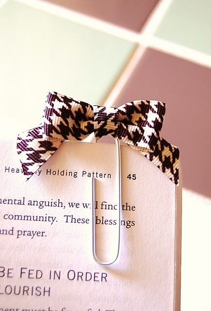 diy bookmark. Here's the tutorialhttp://lauralilarson.blogspot.com/2011/09/diy-wednesday-bow-bookmarks.html?showComment=1315429527654#c281610041971681643