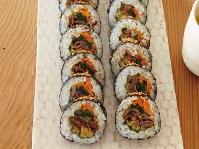 コウ ケンテツさんのご飯を使った「キムパ」のレシピページです。酢飯でつくる日本の太巻きとはまた違う、やさしい味わいです。 材料: ご飯、A、ほうれんそうのナムル、にんじんのナムル、たくあん、B、牛切り落とし肉、C、青じそ、焼きのり、白ごま、塩、ごま油