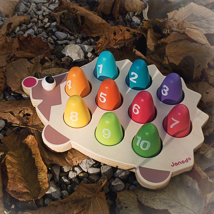 Učí sa vaše dieťatko počítať? Čo tak skúsiť to s týmto krásnym ježkom, ktorý namiesto jabĺčok nosí na svojom chrbte farebné číslice? :) Detskú drevenú hračku Ježko I Wood Učíme sa počítať nájdete tu: http://bit.ly/1LthDwm .
