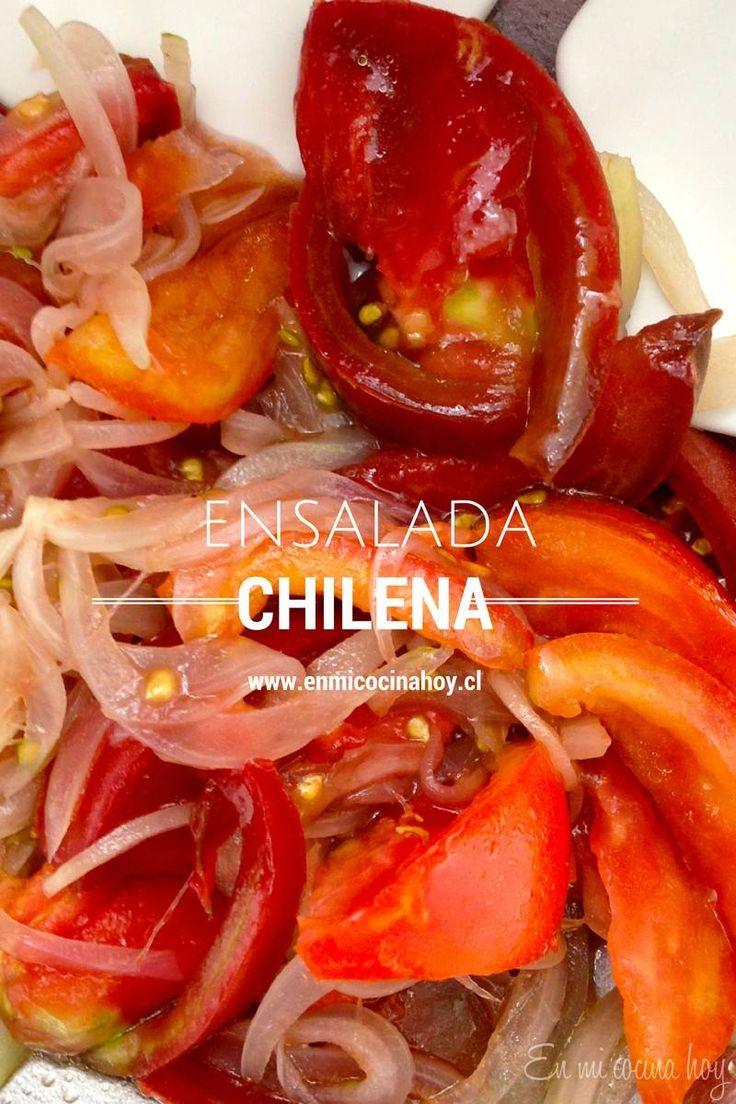 La ensalada chilena no es más que tomate maduro y cebolla picada fina, pero hay pequeños secretos para lograr el sabor perfecto.