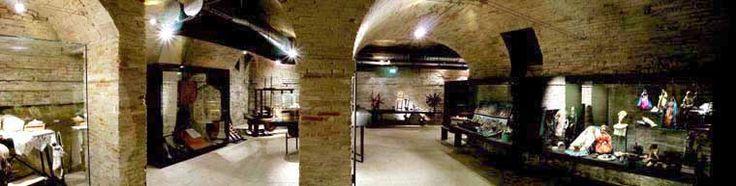 Gli oggetti esposti sono stati ritrovati negli ambienti del Monastero di S. Maria Maddalena, che dal 1586 ha mantenuto la sua sede originaria accanto al museo. Ceramiche, utensili da cucina, contenitori in vetro per la spezieria, ma anche ricami, pizzi al tombolo e disegni ornamentali per paramenti sacri, sono sopravvissuti alle alterne vicende del monastero, conservando, a volte, quel particolare aspetto d'infinitezza che li caratterizza.