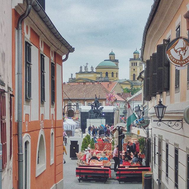 Az élet apró örömei... Felfedeztem Egerben egy olyan utcát, amin még soha nem jártam. ❤···#eger #trip #newview #discovering #lovelycity #whataview #hungary #hungarianblogger #lifestyleblog #may1st #basilica #egribazilika #mutiholvagy