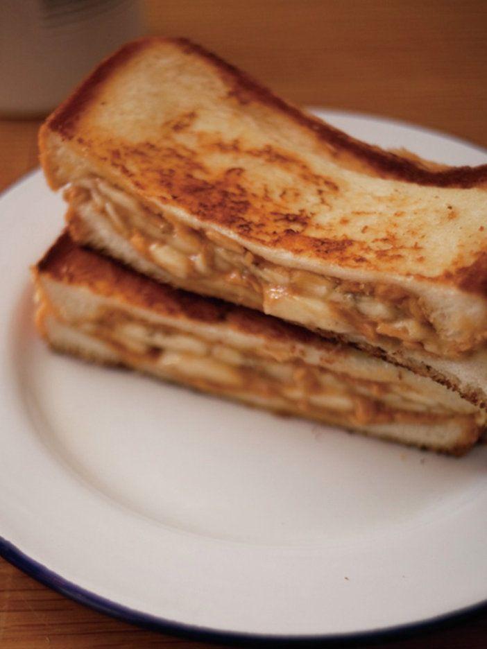 ピーナッツバターにバナナを挟んだ、スイーツ系ホットサンド。あつあつになったバナナはやわらかくなっただけでなく、甘みもアップして、インパクトの強いひと皿に。|『ELLE a table』はおしゃれで簡単なレシピが満載!