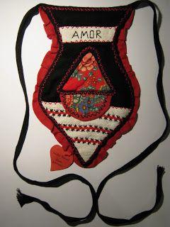 As algibeiras tradicionais do  Minho, de grande carga simbólica, são confeccionada em tecido espesso e  têm a forma de coração. Da mesma man...