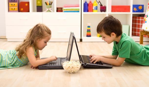 """""""cyberkids"""" os pequeninos do futuro -   Tendo em vista de que as crianças da atualidade já nascem mergulhadas em um mundo tecnológico e seus interesses e padrões de pensamento já fazem parte desse universo, cabe ao educador tornar o computador uma parte do ambiente natural dos alunos, explorando todas as possibilidades que essa ferramenta oferece para o processo de ensino e aprendizagem.   Para a inicialização da criança com o computador, é missão da escola aten"""