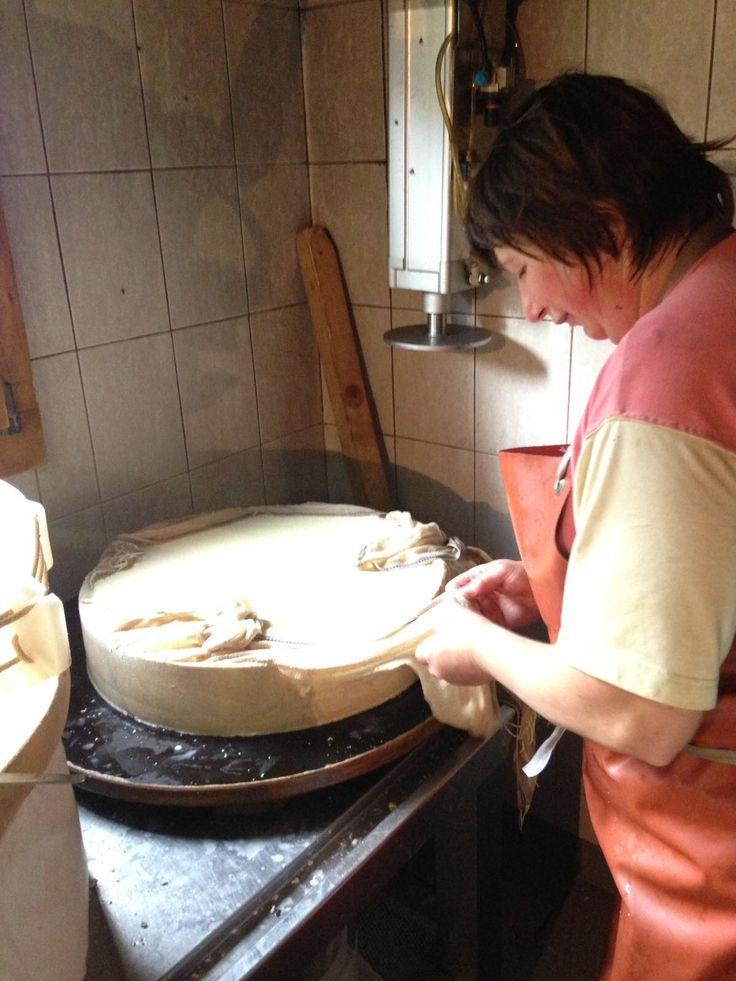A la presse à fromage ( Gruyère L'Etivaz, Pays d'En-Haut ) 🇨🇭