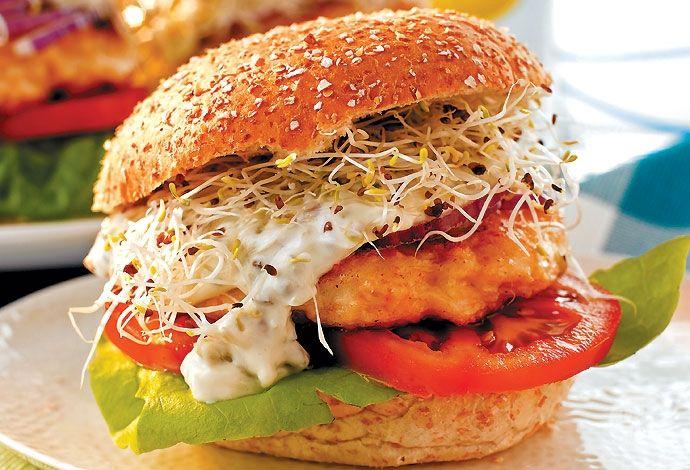 Гамбургер с яйцом   На 1 персону: говядина — 150 г, кетчуп — 30 мл, булочки 8 злаков — 1 шт., лук красный — 1 шт., салат айсберг, помидоры — 1 шт., яйца — 1 шт., соус тартар, масло растительное, соль, перец черный молотый   Помидор нарезать. Мясо пропустить через мясорубку. Посолить, поперчить, добавить половину нарезанного лука и кетчуп. Хорошо перемешать, сформировать котлеты. Жарить на сковороде  с обеих сторон. Время зависит от степени прожарки, которая нужна. Сделать глазунью из яйца…