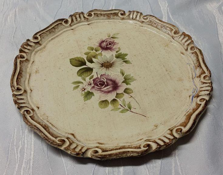 Alter Holzteller zu verkaufen.  Blumendekor.  An einer Stelle mit Kugelschreiber bekritzelt (siehe Fotos).  Größe: Durchmesser ca. 23,4 cm.