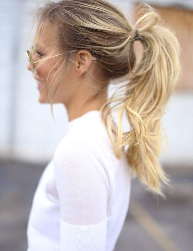 Une ponytail volumineuse Donnez du volume à votre queue-de-cheval classique en crêpant vos racines et vos longueurs.