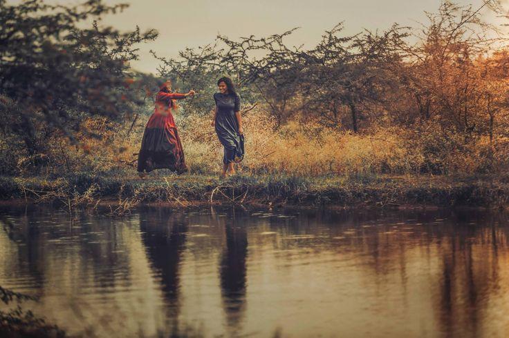 Arjun Kamath è un fotografo e studente di cinema a Los Angles. A fine agosto ha pubblicato una serie di foto, da lui realizzate, in cui si racconta la storia d'amore tra due donne, Maitreyi e Alpana, che decidono di uscire allo scoperto, di vivere alla luce del sole la loro relazione che la società rigetta in maniera estremamente violenta. Delle 31 foto ne ho scelto due, per la loro bellezza: questa…