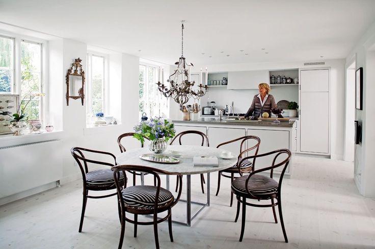 Noget nyt, noget gammelt, noget blåt – og en gang imellem noget lånt fra hendes butik Basalt. Anne Fabricius-Bjerres nye køkken er et rum, som man har lyst til at opholde sig i i lang tid.
