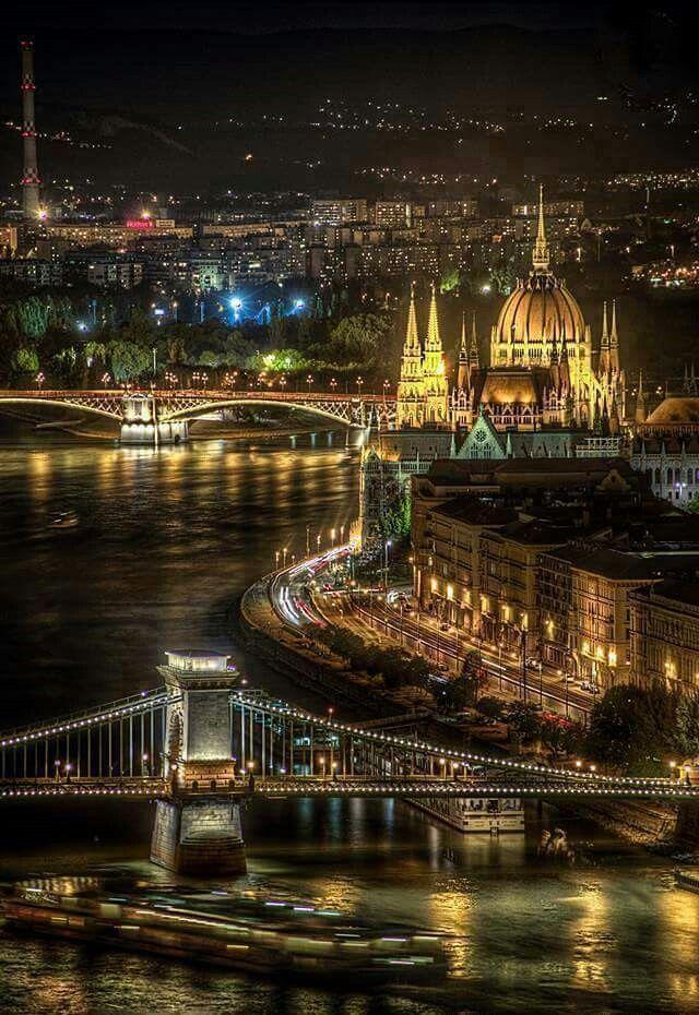 Budapest egyre több városlátogató listán szerepel előkelő helyen. A CN Traveler felmérésében a látogatók szavaztak az európai legjobb városaira, és pár szóval indokolták is döntésüket. A TOP-lista első helyén a magyar főváros holtversenyben végzett az olasz Firenzével.       Fotó: Hesz Rudolf