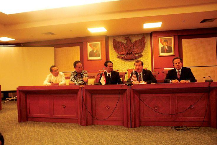 Wakil Ketua Komisi I Ramadhan Pohan (kiri), mendampingi Ketua Komisi I Mahfudz Siddiq saat menerima Delegasi Kongres Amerika Serikat yang di wakilkan oleh Anggota Kongres dari Partai Republik Edward R Royce, dan Anggota Kongres dari Partai Demokrat David Cicilline (kanan) di Gedung DPR RI Senayan, Senin (19/8).