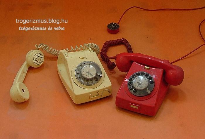 Nem is olyan régen mennyire hétköznapi volt az ilyen tárcsázós asztali telefon. A jellegzetesen elöregedő műanyag, fakuló színekkel és a csavart vezeték visszarepít minket korábbi időkbe. Én pár évvel ez előtt is használtam még ilyet, igaz az fekete volt. A tisztántartás szinte teljességgel kizárt, főleg a tárcsa alatti részeken halmozódtak fel a koszdarabkák. Hát aki a grafitceruza hegyes végével tárcsázott az aztán ..... A kagyló mindig büdös volt.