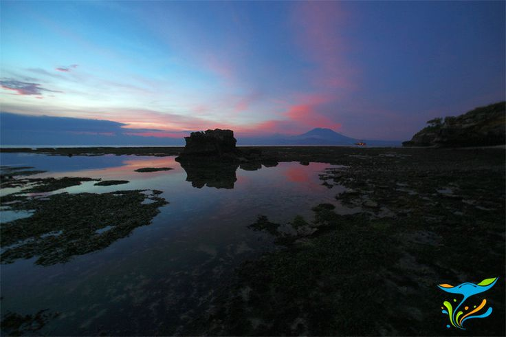 Sunset di kawasan berkarang yang teletak di antara dua pantai paling populer di Nusa Lembongan, Mushroom Bay dan Long Beach.