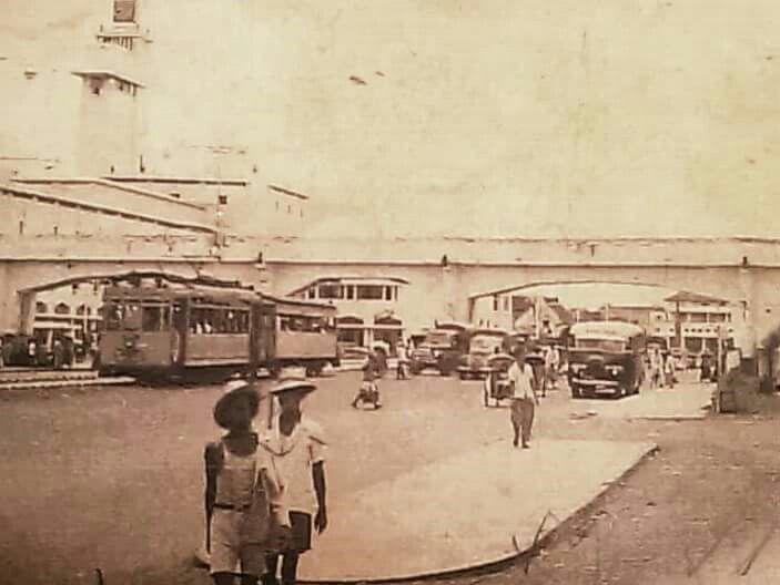 Trem melintas dibawah viaduk Jl.  Pahlawan atau Pasar Besar 1950 an