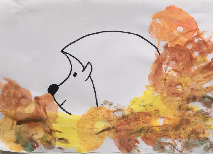 Die Hand mit Farbe beschmieren und dann stempeln mit der Hand...ein wirklich sinnliches Erlebnis, bei dem tolle Kinderkreationen entstehen können. Alter: ab 2 Jahre Material: weißes Papier Pinsel Tusche/Wasserfarbe Wasser Tücher Bleistift schwarzen Stift. Anleitung: Zunächst zeichnet man den Igel auf dem weißen Blatt vor. Dieser soll später im Laub sitzen. Die Hand wird mit…