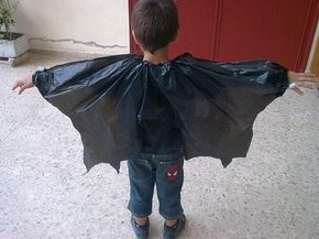 Como hacer un Disfraz de Vampiro reciclado con Bolsas de basura y una grapadora. MATERIALES NECESARIOS: Bolsas de basura negras y con cierre. Tijeras. Grapadora. ELABORACIÓN: DEL DISFRAZ DE VAMPIRO CASERO: Empezamos cortando la bolsa a lo largo, es decir...