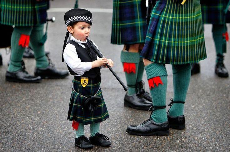 ST. PATRICK'S DAY  3月17日 アイルランドにキリスト教を広めた聖パトリックを記念する日、通称みどりの日。 セント・パトリックとは4C~5Cにアイルランドにて、キリスト教を布教した人物で、 命日であるセントパトリックデーはアイルランドの祝日です。  アメリカでは祝日ではないのですが、 1762年3月17日に、アイルランドの兵隊が、ニューヨークを行進したのが始まりです。 アイルランド系移民の多いニューヨーク・マンハッタンが、世界一大きなセントパトリックデーのパレード。 また、パレード好きなアメリカの歴史の中でも、1762年から続いているアメリカ最古のパレード。 キルト衣装やタータンチェックに身を包んだ人々がいたり、 アイルランド系の方が多いニューヨークの消防士や警察官を筆頭に、 アイリッシュパブを吹きながら行進したりと、約200万人の観客が多く、ニューヨーカーが盛大に盛り上がっています。 五番街で盛大に行われるこのパレードは、アイルランドのシンボルカラーである緑やシャムロック(クローバー)アイテムを身につけています。…