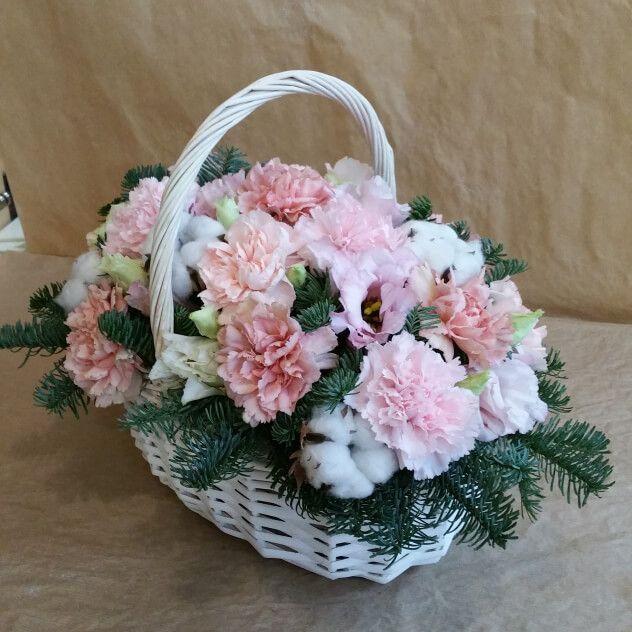 Зимняя корзинка с диантусом и хлопком станет прекрасным подарком к любому празднику.