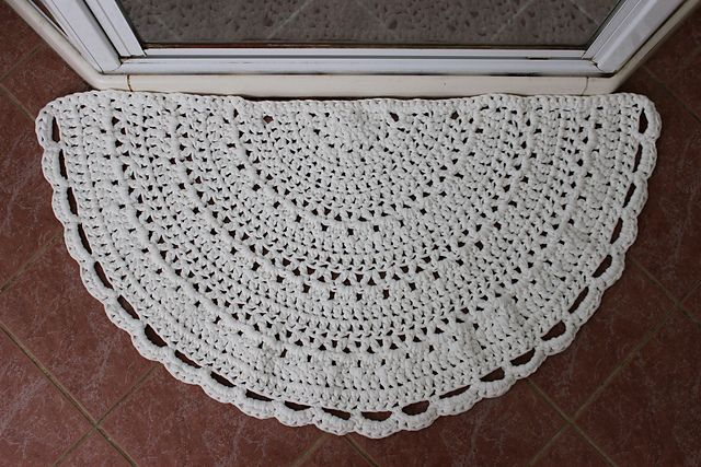 Half-circle rug made with t-shirt yarn & L hook. Pic from Ravelry Project Gallery for this free pattern. #crochet #mat