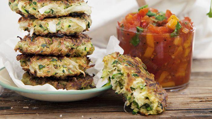 De här frittersarna, eller frasiga plättarna, blir extra frasiga om du kramar ut så mycket vätska ur zucchinin som möjligt. Servera dem som de är tillsammans med en god sallad.