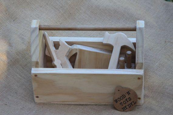 « Troy » est une boîte à outils jouet en bois fait à la main avec des outils - un jouet pour les jeunes enfants. La boîte à outils est livré complete avec des outils en bois - marteau, clé, scie, tournevis et bloc de bois avec 2 x bois clous.  Cette boîte à outils en bois fait à la main avec des outils est faite de bois de pin naturel.  Cet adorable jouet en bois est la taille parfaite pour les petites mains et est un jouet ancien de la mode !  La boîte à outils en bois mesure environ 27cm…