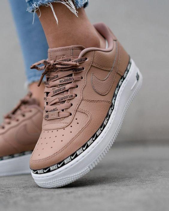 si vous portez des jeans coupés, n'oubliez pas les baskets Nike beiges,  #b…