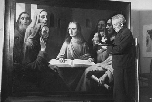 Han van Meegeren al lavoro: sebbene ora ci sembri impossibile confondere un Vermeer con un suo lavoro, questo falsario riuscì ad ingannare molti esperti di storia dell'arte (grazie all'uso di materiali d'epoca) ed a vendere due quadri a due capi nazisti (venne arrestato per questo dopo la guerra come collaborazionista e si salvò dall'ergastolo confessando di essere un falsario).