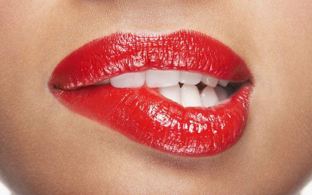 Rode lippen... Prachtig bij wintertypes. Welk seizoenstype ben jij? Ontdek het via http://www.sos2dress.be/nl/registreren