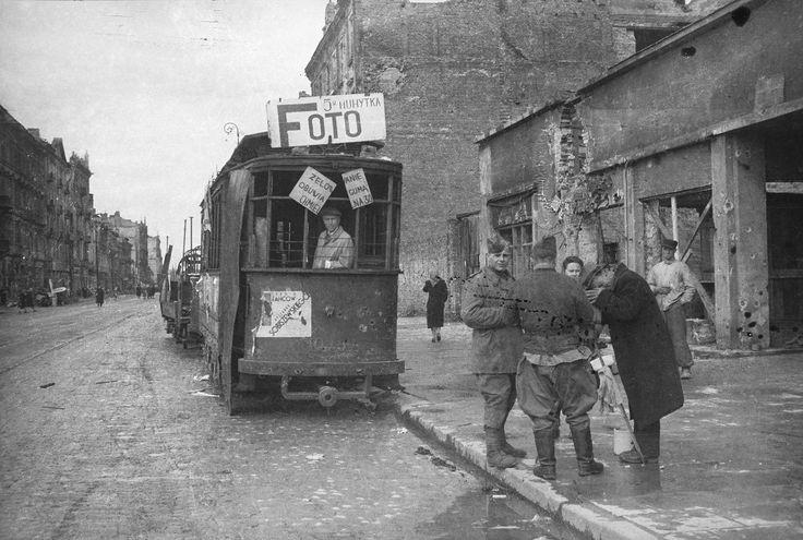 Fototramwaj Zakład fotograficzny prowizorycznie urządzony z potrzaskanym tramwaju na Marszałkowskiej w 1945 r.