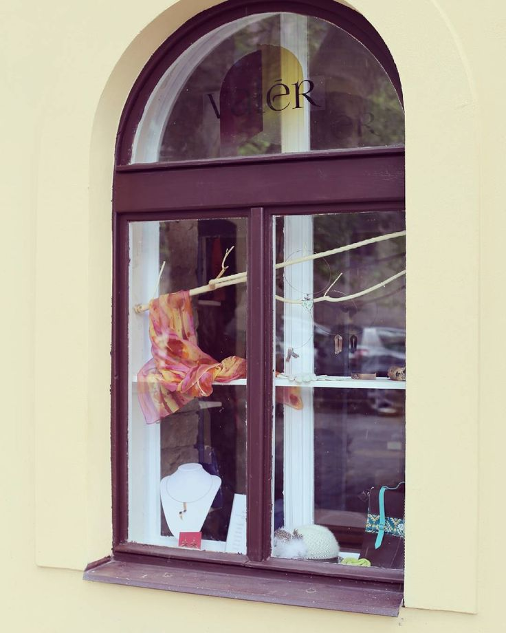 Výloha / Shop window #valer #valerstudio #valerkarlin #presentation #goods #fashion #karlinskenamesti #autors #handmade #jewelry #leather #tomanec #rakay #madeinhome #marabu