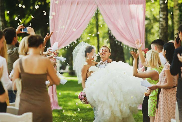 Августовская свадьба Евгении и Сергея - flowerbazar.ru  Свадебная церемония на свежем воздухе, свадебная арка