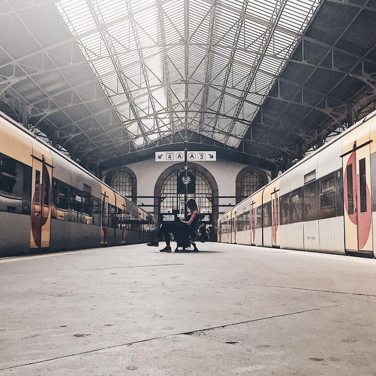 Typical train station. 🚂 #trainstation #saobento #symmetry #porto #portugal #architecture #architecturephotography #architecturelovers…