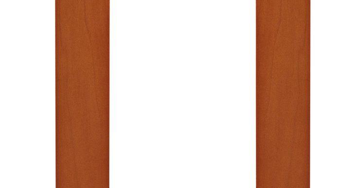 Cómo pintar marcos de fotos de madera. La mayoría de los marcos de fotografías vienen tratados con barniz, pero algunas veces la superficie pintada se ve mejor en una habitación en particular. Decidir qué tipo de marco se ve mejor es un asunto de gustos personales. Los marcos de foto de madera barnizada pueden ser repintados para que vayan con los nuevos esquemas de decoración. Pintar ...