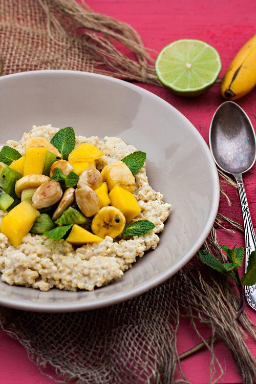 Clean Eating Rezepte:Hirsebrei mit exotischem Ostsalat und karamellisierten Mandeln