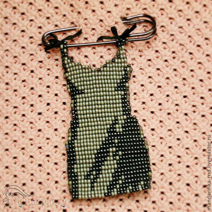 Купить Брошь из бисера Маленькое платье - темно-серый, брошь из бисера, брошь ручной работы