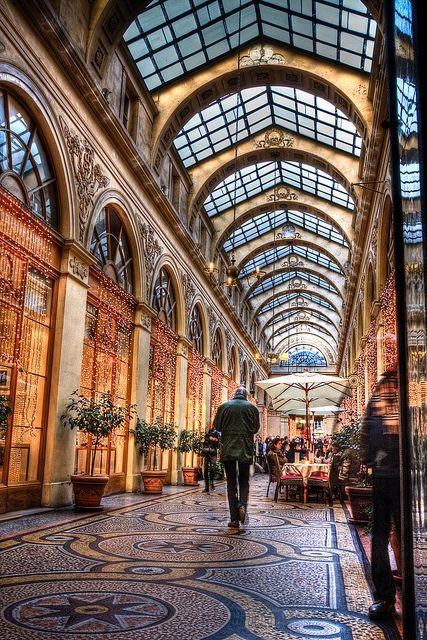 Passage près de la  Place Vendôme à Paris, France.