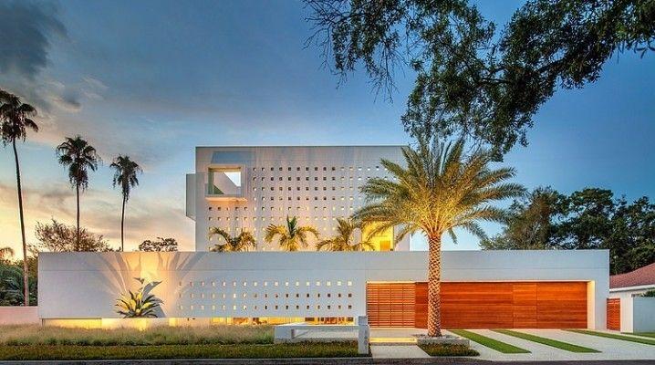 Cette maison contemporaine a été conçue par Guy Peterson, elle est située au centre-ville de Sarasota, en Floride. A première vue, vous remarquerez que cet