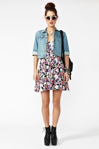 Vestido florido, jaqueta jeans e sapato abotinado.