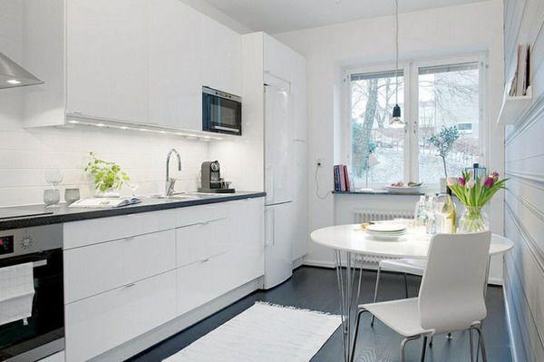 #Cocina blanca con suelo oscuro. Más
