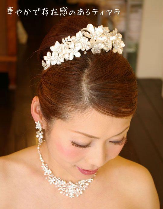 ブライダルティアラ ウエディングティアラ ヘアアクセサリー プリンセス系のドレスにぴったりのティアラです。挙式 披露宴どちらにも対応のティアラ。 花嫁の髪型ヘアスタイル、アレンジもご提案しています。