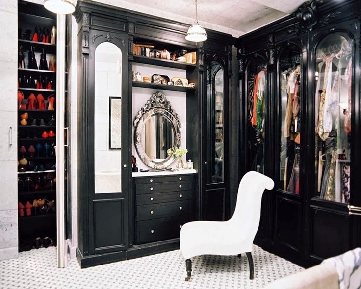 I would love to have this dressing room.